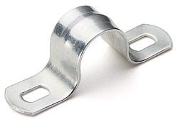 Тип: СМД Для прокладки металлорукавов, стальных и полимерных труб Материал: оцинкованная сталь Ребро жесткости, проходящее по арочному изгибу скобы, существенно увеличивает допустимые нагрузки Пазы под крепежный винт продольной конфигурации предполагают возможность смещения скобы без полного демонтажа
